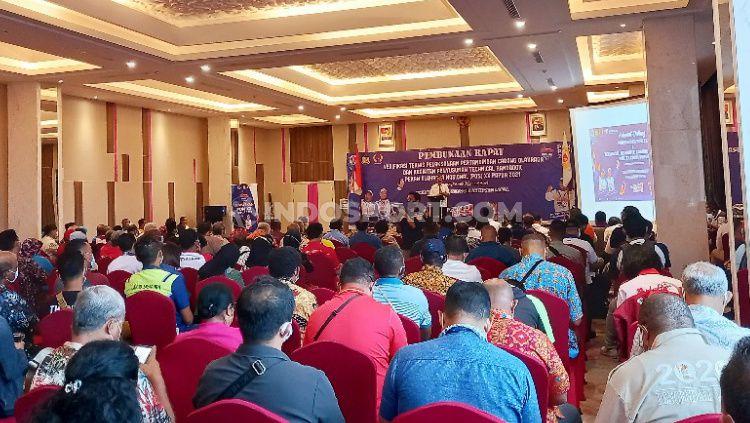 Suasana rapat verifikasi teknis pelaksanaan pertandingan cabang olahraga bersama para Technical Delegate (TD). Copyright: © Sudjarwo/INDOSPORT