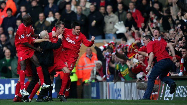Aksi pemain Liverpool merayakan gol kemenangan ke gawang Manchester United dalam pertandingan Piala FA, 18 Februari 2006. Copyright: © Twitter LFC History