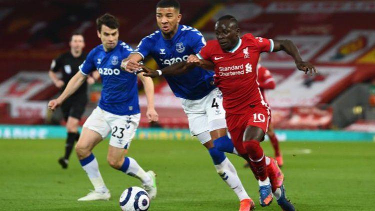 Bintang Liverpool, Sadio Mane ketika berusaha melewati hadangan para pemain Everton Copyright: © Twitter @LFC