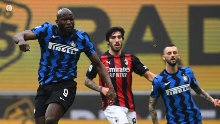 Aksi Romelu Lukaku di laga AC Milan vs Inter Milan. Copyright: © Twitter @Inter