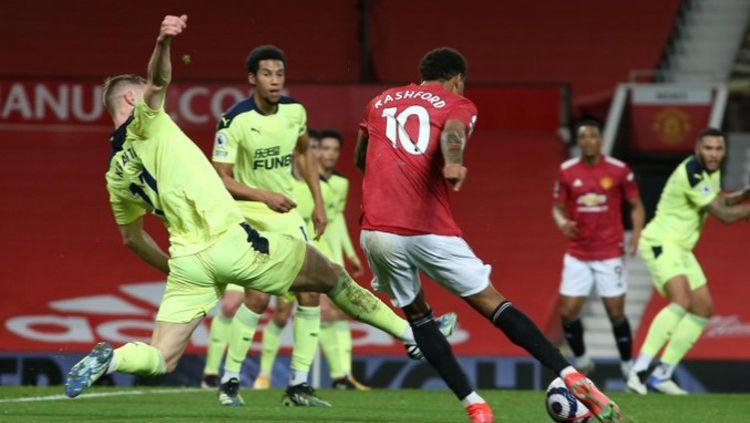 Manchester United berhasil menjaga keangkeran Old Trafford setelah sukses mengandaskan perlawanan Newcastle United dalam laga lanjutan Liga Inggris pekan ke-25. Copyright: © Twitter @premierleague