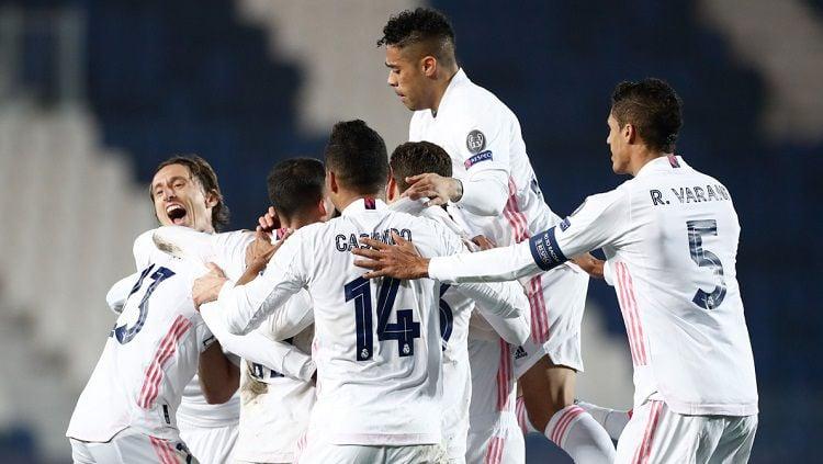 Selebrasi pemain Real Madrid dalam pertandingan Liga Champions kontra Atalanta, Rabu (24/2/21). Copyright: © Real Madrid