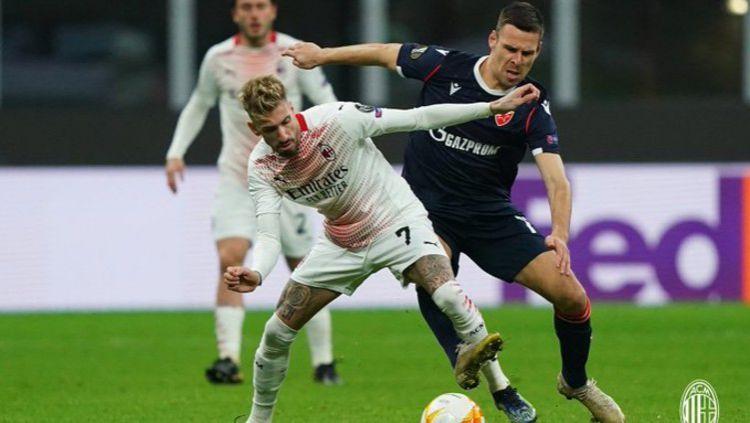 Situasi duel antara pemain AC Milan dengan Red Star Belgrade Copyright: © Twitter @acmilan