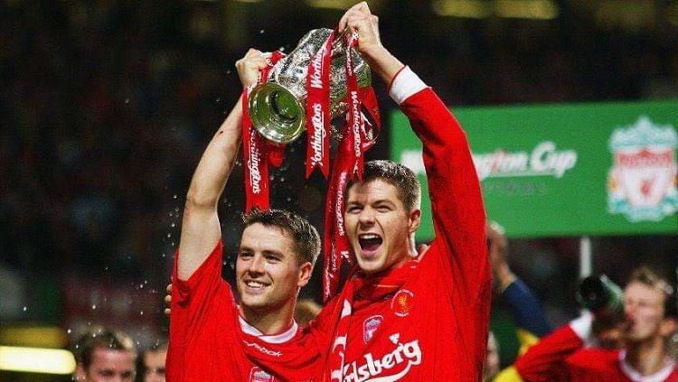 Dua bintang Liverpool, Michael Owen dan Steven Gerrard, mengangkat trofi Piala Liga Inggris usai mengalahkan Manchester United di final, 2 Maret 2003 Copyright: © Liverpool FC
