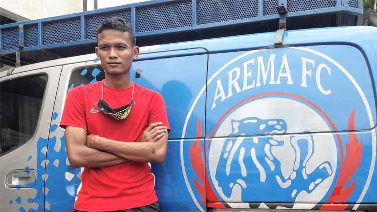 Ikhfanul Alam menjadi pemain pertama Arema FC yg meresmikan statusya melalui tanda tangan kontrak untuk musim 2021. Copyright: © Ian Setiawan/INDOSPORT