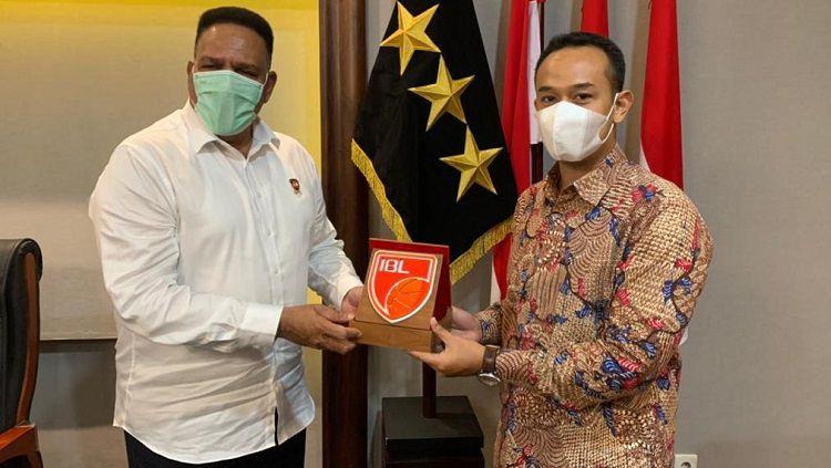 Direktur Utama IBL, Junas Miradiarsyah, dan pihak Kepolisian. Copyright: © Humas IBL