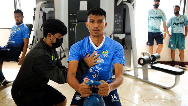 Pelatih Persib Bandung, Robert Rene Alberts, merasa senang dengan fasilitas kebugaran yang disediakan oleh manajemen di Mes Persib. Copyright: © Media Officer Persib
