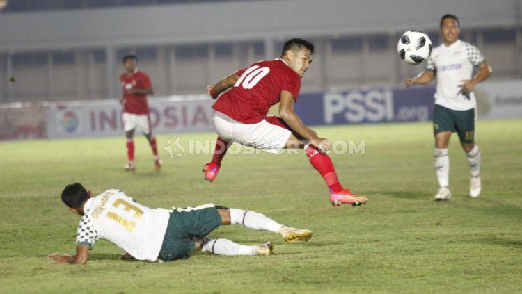 M. Rafli tengajh berebut bola dengan pemain Tira Persikabo. Copyright: © Herry Ibrahim/INDOSPORT