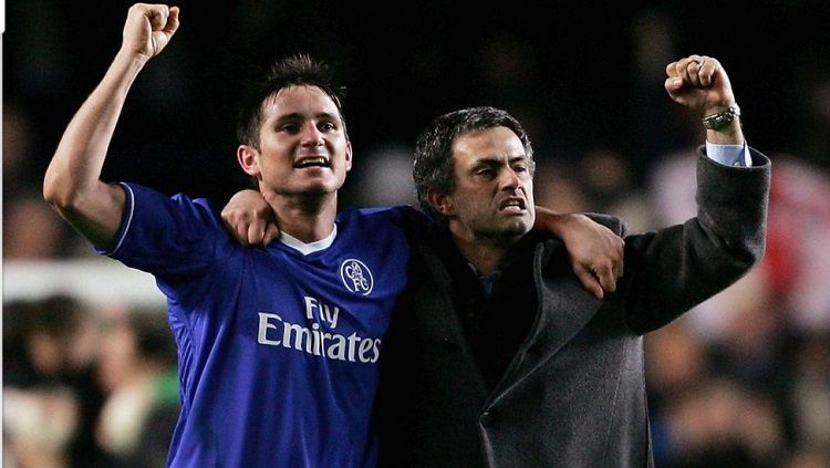 Bintang Chelsea, Frank Lampard, dan pelatih Jose Mourinho bersuka cita usai mengalahkan Barcelona dalam pertandingan Liga Champions, 8 Maret 2005. Copyright: © Chelsea FC
