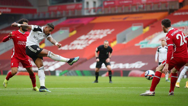 Momen Mario Lemina (Fulham) mencetak gol ke gawang Liverpool Copyright: © twitter.com/FulhamFC