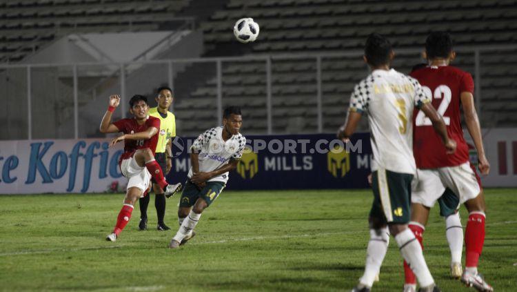 Proses tendangan ke gawang Persikabo yang dilesatkan Kadek Agung dan menghasilkan gol bagi Timnas U-23. Copyright: © Herry Ibrahim/INDOSPORT