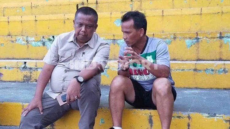 Manajer PSMS Medan, Mulyadi Simatupang (kiri), saat berdiskusi dengan Ansyari Lubis (kanan). Copyright: © Aldi Aulia Anwar/INDOSPORT
