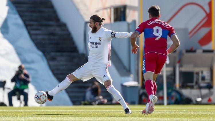 Aksi Sergio Ramos di laga Real Madrid vs Elche Copyright: © twitter.com/realmadrid