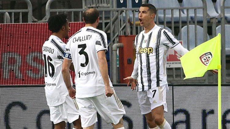 Cristiano Ronaldo berselebrasi usai mencetak gol untuk Juventus di laga melawan Cagliari. Copyright: © (Photo by Enrico Locci/Getty Images)