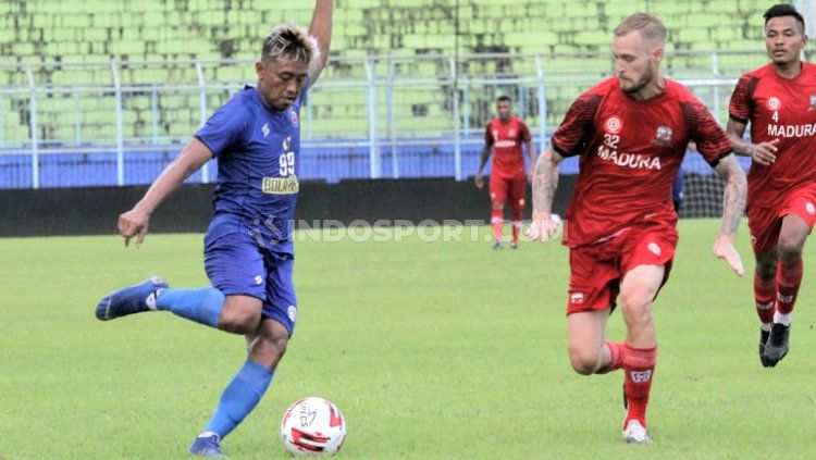 Kushedya Hari Yudo (kiri) dibayangi Jacob Pepper pada latih tanding Arema FC melawan Madura United di Stadion Kanjuruhan, Senin (15/03/21). Copyright: © Ian Setiawan/INDODPORT