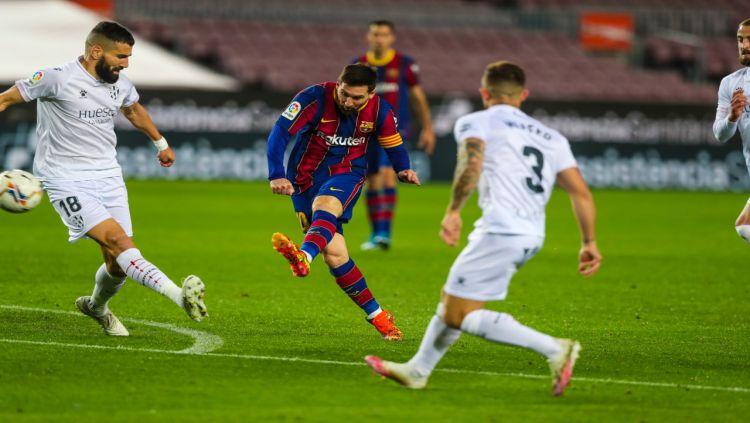 Aksi mega bintang Barcelona, Lionel Messi, saat bersua Huesca pada pekan ke-27 LaLiga Spanyol. Copyright: © twitter.com/FCBarcelon