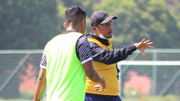 Pelatih Madura United, Rahmad Darmawan, memberikan arahan kepada pemainnya saat latihan di lapangan Batununggal, Kota Bandung, Sabtu (20/03/2021). Copyright: © Arif Rahman/INDOSPORT