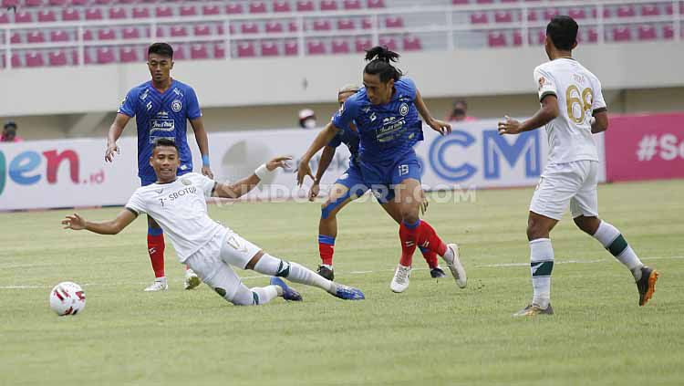 Babak 1 pertandingan grup A Piala Menpora 2021 antara Arema FC vs Tira Persikabo di Stadion Manahan Solo, Minggu (21/3/21). Copyright: © Herry Ibrahim/Indosport
