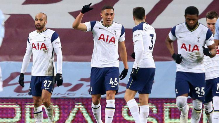 Pemain Tottenham Hotspur, Carlos Vinicius, melakukan selebrasi setelah mencetak gol ke gawang Aston Villa pada laga lanjutan Premier League di Villa Park, Minggu (211/3/2021). Copyright: © Alex Livesey - Danehouse/Getty Images