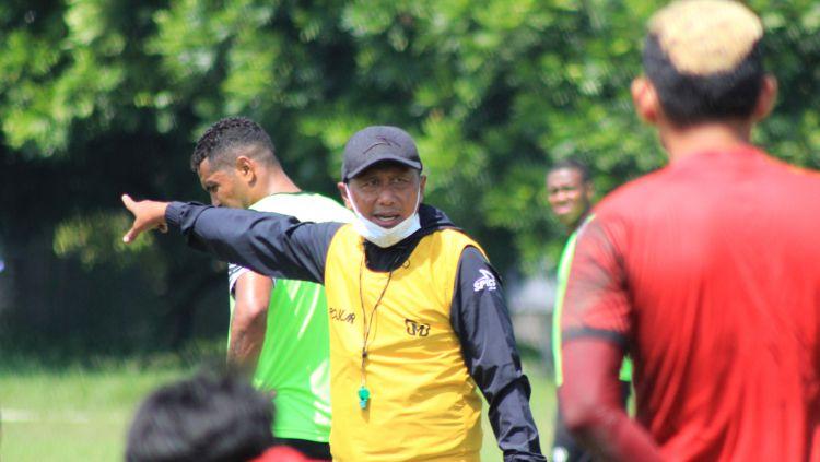 Pelatih Madura United, Rahmad Darmawan, saat memimpin latihan di Lapangan Batununggal, Kota Bandung, Sabtu (20/03/21) Copyright: © Arif Rahman/INDOSPORT