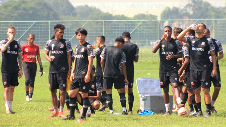 Pemain Madura United saat latihan di Lapangan Batununggal, Kota Bandung, Sabtu (20/03/21). Copyright: © Arif Rahman/INDOSPORT