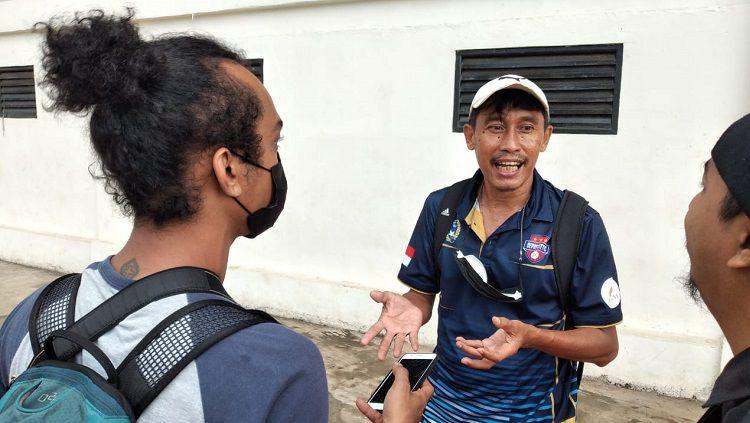 Pelatih Depok City, Bambang Warsito. Copyright: © Indra Citra Sena/INDOSPORT