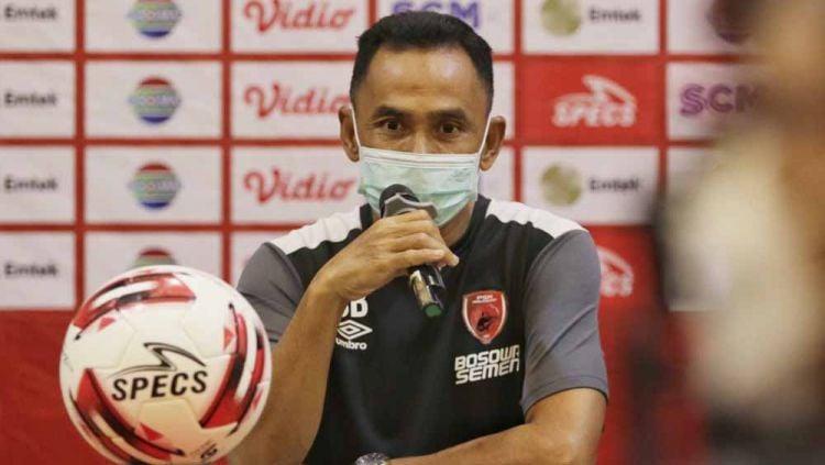Pelatih PSM Makassar, Syamsuddin Batola, saat menghadiri sesi pre match press conference melawan Bhayangkara Solo FC. Copyright: © Official PSM Makassar