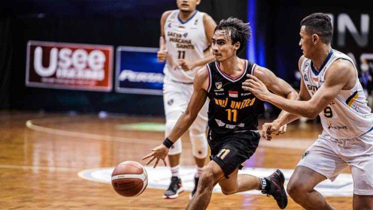 Laga tim Bali United saat menghadapi Satya Wacana Saints Salatiga dalam laga Indonesia Basketball League (IBL) 2021 di Lapangan Basket Robinson Cisarua Resort, Bogor, Sabtu (27/03/21). Copyright: © Bali United
