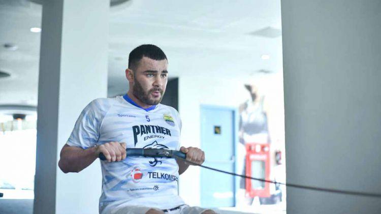 Indosport - Kapten Timnas Afghanistan, Farshad Noor saat membela Persib Bandung.