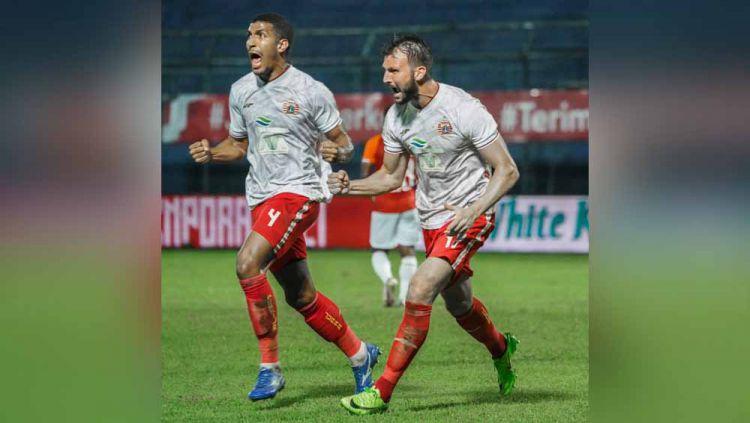 Selebrasi Yann Motta (kiri) dan Marko Simic usai mencetak gol ke gawang Borneo FC pada laga fase grup B Piala Menpora 2021. Copyright: © Tim Media Persija Jakarta