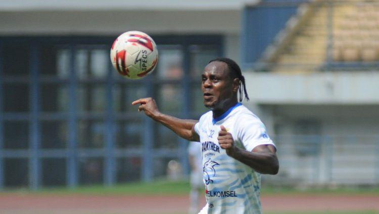 Indosport - Bek Persib, Victor Igbonefo, saat berlatih di Stadion GBLA, Kota Bandung, beberapa waktu lalu