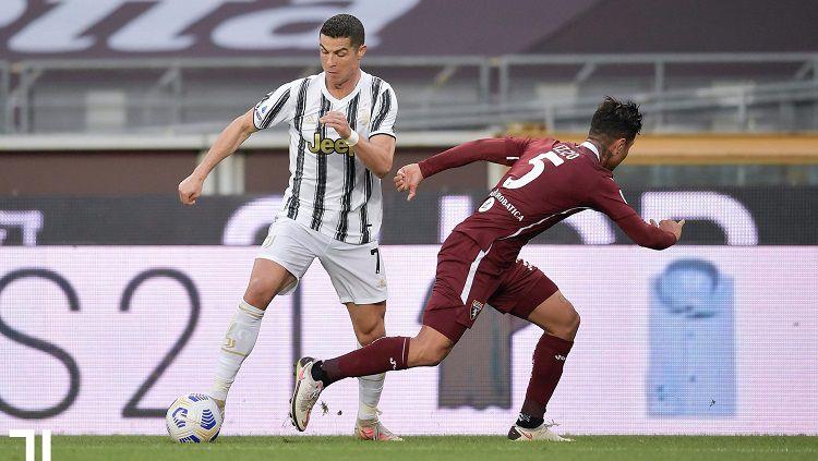 Cristiano Ronaldo membawa bola di laga pekan ke-29 Liga Italia antara Torino vs Juventus. Copyright: © Juventus
