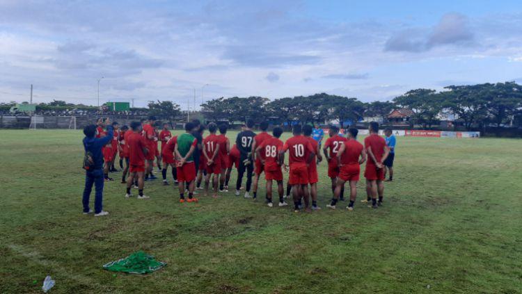 Skuat PSM Makassar berdoa bersama sebelum menutup latihan terakhir jelang melakoni Babak 8 Besar Piala Menpora 2021. Copyright: © (Adriyan Adirizky/INDOSPORT)