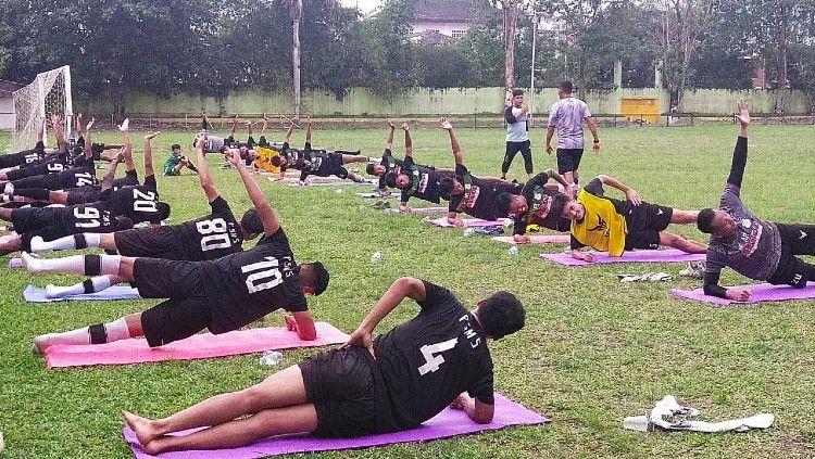 Para pemain PSMS Medan berlatih di Stadion Mini Kebun Bunga, Medan. Copyright: © Aldi Aulia Anwar/INDOSPORT