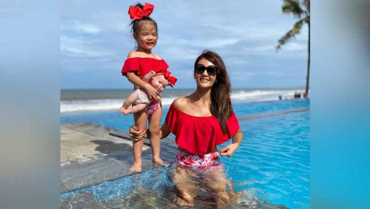 Farah Quinn tampil manis dengan baju renang merah saat berenang bersama sang putri. Copyright: © Instagram@farahquinnofficial