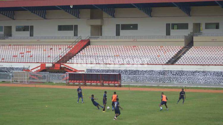Sejumlah pemain Persipura Jayapura saat menjalani latihan perdana di Stadion Mandala. Copyright: © Sudjarwo/INDOSPORT