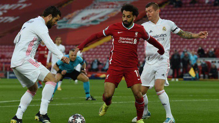 Mohamed Salah memperebutkan bola di laga Liverpool vs Real Madrid Copyright: © twitter.com/LFC