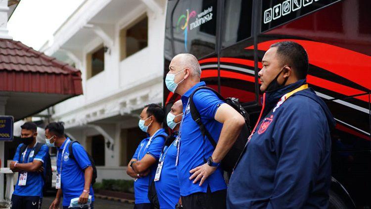 GM PSIS Semarang, Wahyoe Winarto bersama jajaran pelatih ketika melakukan briefing sebelum babak delapan besar Piala Menpora 2021. Copyright: © Alvin Syaptia Pratama/INDOSPORT