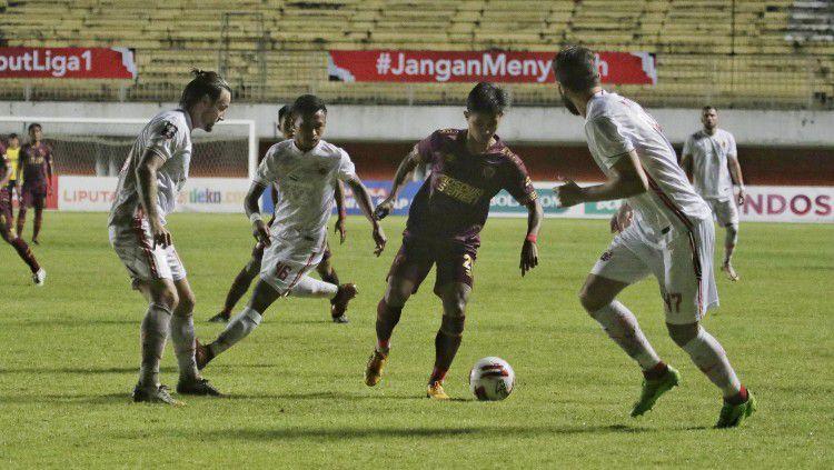 Aksi pemain PSM Makassar saat melawan Persija Jakarta di leg pertama semifinal Piala Menpora 2021. Copyright: © Official PSM Makassar