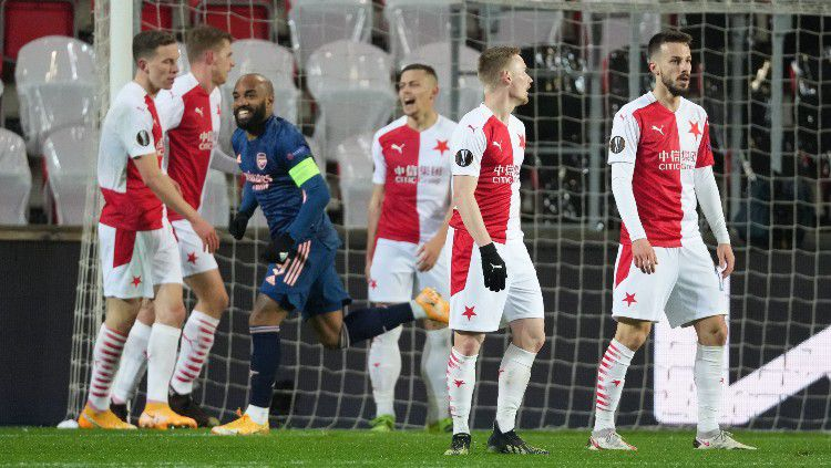 Selebrasi Alexandre Lacazette pasca mencetak gol ke gawang Slavia Praha Copyright: © twitter.com/EuropaLeague