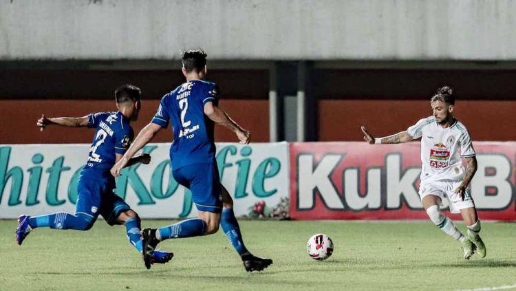 Indosport - Laga Persib Bandung vs PSS Sleman pada leg 1 semifinal Piala Menpora 2021.