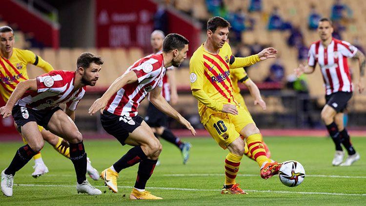 Lionel Messi saat mengirim bola ke rekannya di laga Athletic Bilbao vs Barcelona. Copyright: © Twitter.com/@fcbarcelona_id