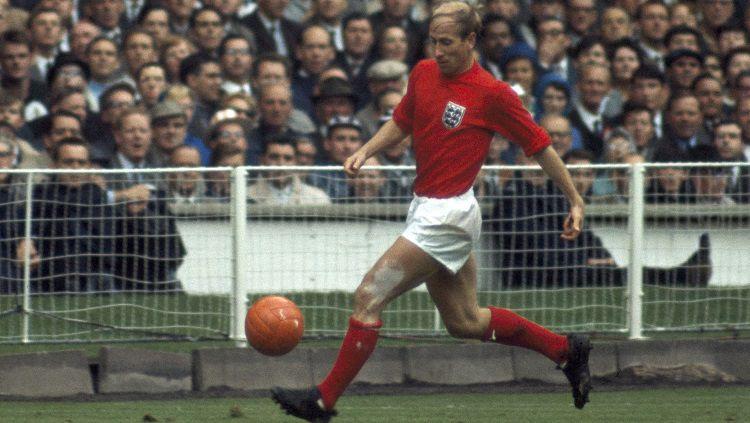 Legenda timnas Inggris dan Manchester United, Sir Bobby Charlton. Copyright: © FIFA