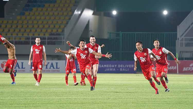 Indosport - Selebrasi pemain Persija usai mengalahkan PSM Makassar lewat adu penalti pada leg 2 semifinal Piala Menpora 2021.