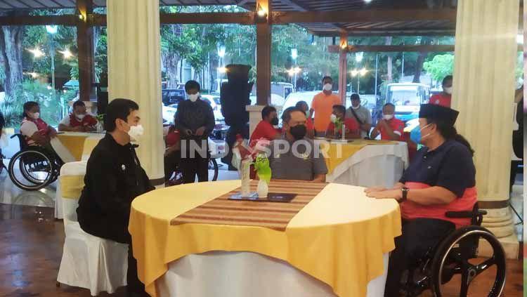 Menpora RI Zainudin Amali (tengah) saat berbincang dengan Presiden NPC Indonesia (kanan), Senny Marbun di Solo, Minggu (18/4/21) sore. Copyright: © Nofik lukman hakim/INDOSPORT
