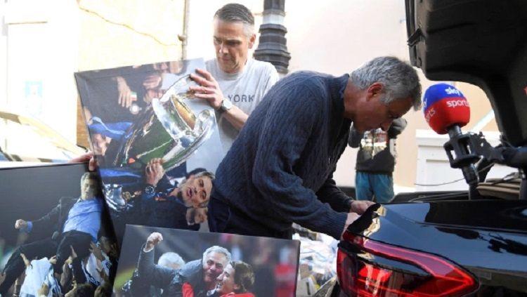 Momen Jose Mourinho berberes kantor usai dipecat Tottenham. Copyright: © Reuters/The Sun