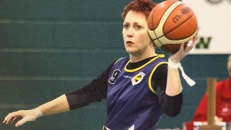 Wanita Inggris bernama Fiona Carey berhasil bertahan dari serangan 8 jenis kanker. Hebatnya, ia kini menjadi atlet basket kursi roda dan bahkan menjadi kapten. Copyright: © Twitter @finchinch