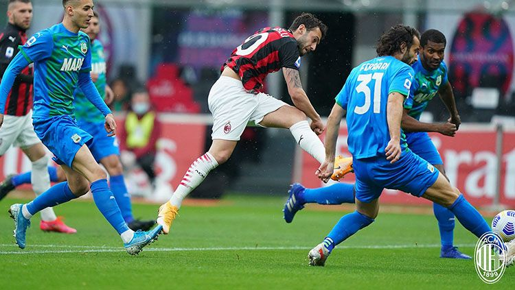Aksi Hakan Calhanoglu di laga AC Milan vs Sassuolo. Copyright: © Twitter.com/@acmilan