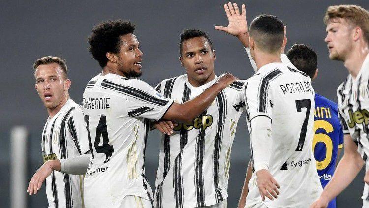 Selebrasi Alex Sandro bersama pemain Juventus usai membobol gawang Parma. Copyright: © instagram.com/juventus