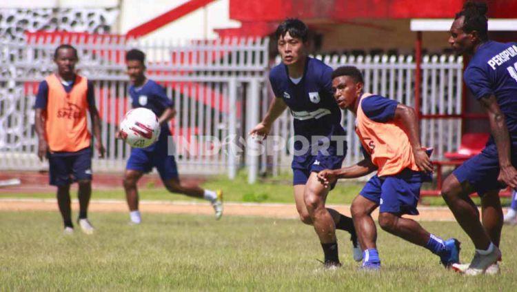 Skuat Persipura saat menjalani latihan di Stadion Mandala. Copyright: © Sudjarwo/Indosport